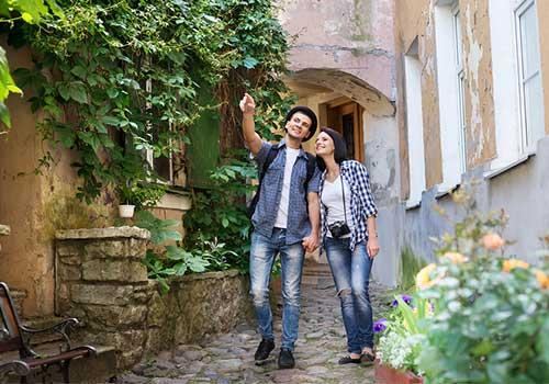 Honeymoon-Planning-Sightseeing-Couple